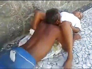 Pareja de negros divirtiéndose en la porno familia sub cama