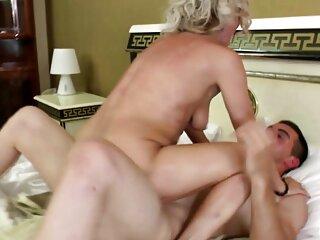 Modelo de ojos azules porno con sub español chupando consolador en video chat