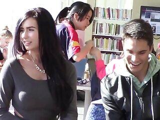 Entretenimiento de una pareja xxx español subtitulado joven en la sala de estar